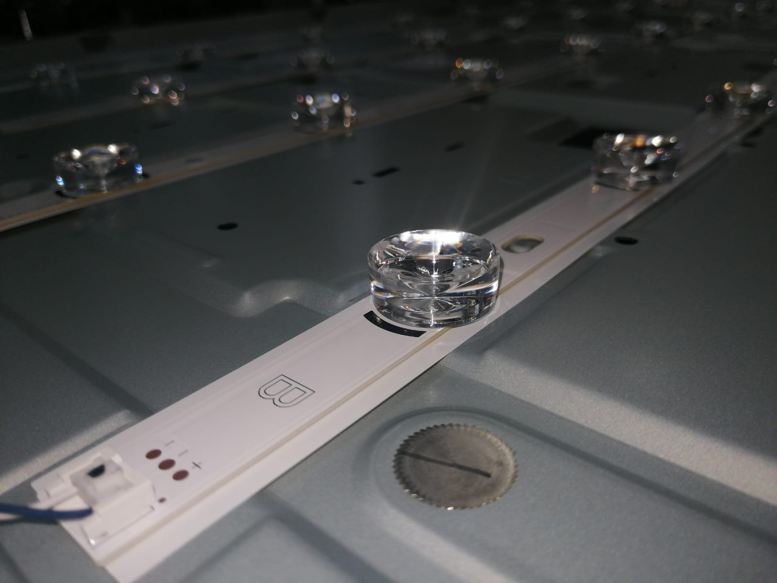 Sistemul de iluminare LED TV NEI